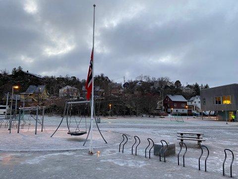 Flagget vaier på halv stang utenfor Svolvær skole.