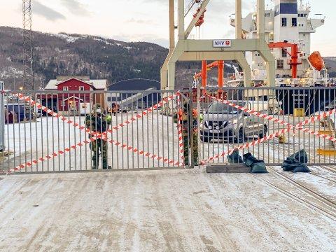 PASSER PÅ: HV-soldater har fått oppdraget med å passe på utstyret til amerikanske soldater som nå lagres bak stengte porter på Fagerneskaia.