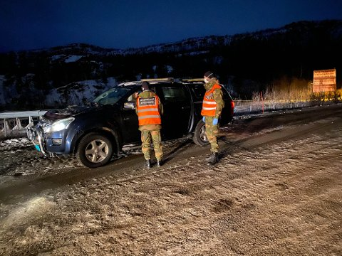 KONTROLL: Ni minutter over midnatt måtte HV-soldatene ved brøytestasjonen på Nygårdsfjellet stoppe første bil etter de nye reglene ble innført. Føreren var norsk statsborger og hadde alt i orden, så bilen fikk passere.