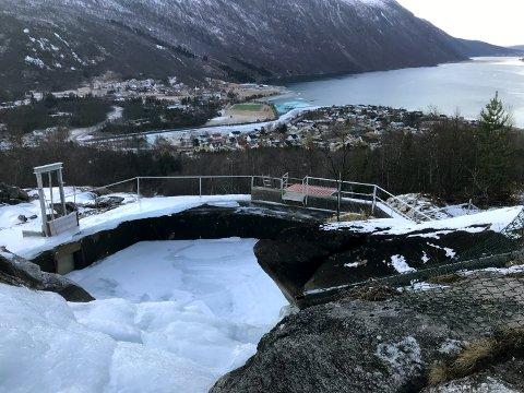 PUMPES: Da det ble fritt for vann i demninga fra Mølnelva (bildet), måtte vannet pumpes inn fra blant annet Lakselva.