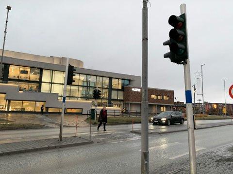 MÅ STOPPE: Siden trafikklysene ikke fungerer må trafikanter nå stoppe for fotgjengere i Narvik sentrum som om det var en hvilken som helst fotgjengerovergang.