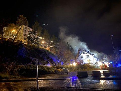 Røk fra brannstedet siver opp mot sykehuset.