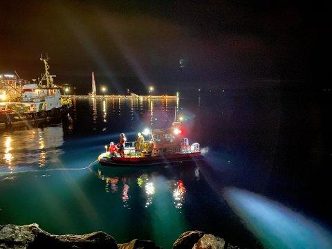 Letemannskap i båt med dykkere i søk i Harstad havn.