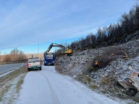 FJERNES: Nå fjernes asfaltlageret i Håkvik. Denne dungen har ikke vært rørt på over ti år, og nå blir massene fraktet til industriområdet på Fornes.