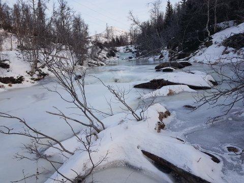 Brattforsen vassverk sliter med at elva fra Laksåvannet er frosset.