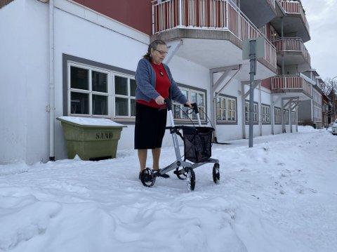 TRÅKKET NED: Snøen er tråkket ned, og ikke brøytet. Inger Marie Angel (82) sliter med å komme frem med rullatoren når hun skal på butikken.