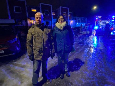 NABOER: Marit og Jan Willy Ramsvik fikk ringt brannvesenet da de skjønte at det brant i nabohuset vegg i vegg.