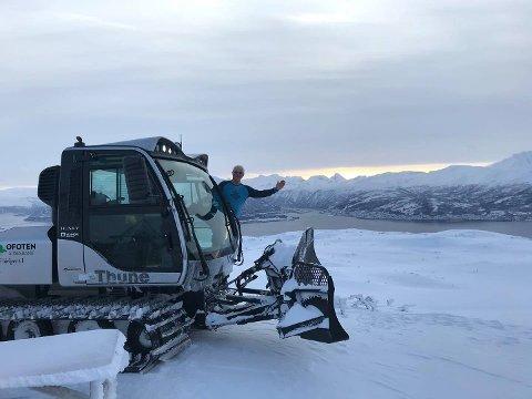 TRÅKKER TIL: Herjangsfjellet tur- og løypelag kan endelig kjøre opp skiløyper igjen. Det er rekord i sen start for dem.