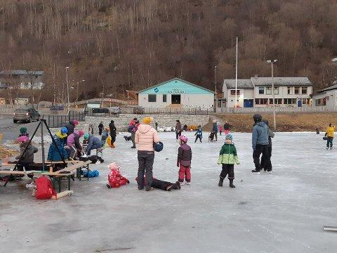 TILBYR SKØYTESKOLE: Narvik skøyteklubb tilbyr nå skøyteskole ved banen på Fagernes.