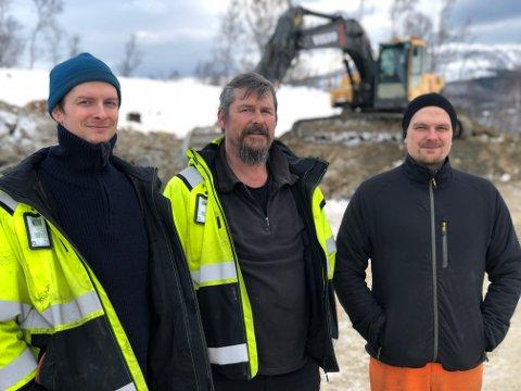 KLARE: Glenn Kanebog, Hans Olav Kanebog og Hans William Kanebog er snart klare til å sprenge den første salva i det nye næringsområdet – Evenes Vest – ved flyplassen.