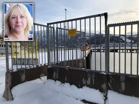 Håp i horisonten: Det er lite liv på cruisekaia i Narvik. Sperrebånd og stengte porter illustrerer godt den situasjonen cruisenæringen er inne i. Havne-Norge er åpent for gods til og fra, rutegående transport går, men ingen luksusskip med opplevelseshungrige passasjerer er å se langs norskekysten. Markedssjef hos Narvik havn, Grethe Parker (innfelt) er likevel optimistisk og håper at cruiseskipene kan frigjøre fortøyningene i sommer, og igjen komme i fart. Også til Narvik.