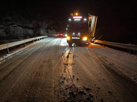 GLATT: Den erfarne vogntogsjåføren, Bjørn Erik Ovesen, ble overrasket over glatt føre på Ulvsvågskaret tirsdag kveld. Det var svart asfalt resten av veien fra Bognes. – Dette er det nærmeste en dødsulykke jeg har vært i min karriere, og det farligste jeg har vært borti,  sier Ovesen.