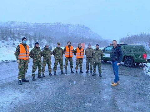 GRENSETREFF: I påska dukket generalen uventet opp i sivil for å snakke med HV-soldatene som vokter grensa ved Narvik.  Og tirsdag benyttet han anledningen til å gi dem honnør også overfor til forsvarsministeren.
