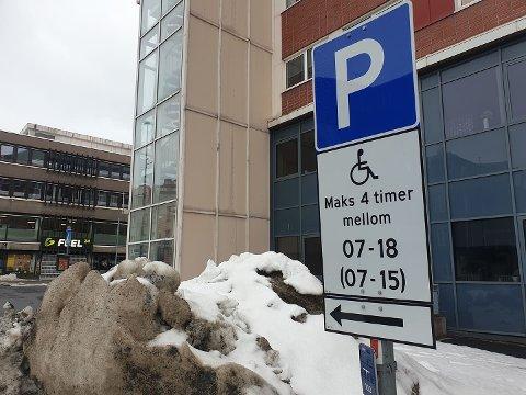 FORTVILET: Ketil Lyngedahl fortviler over at kona ikke får fornyet parkeringskortet for handikappede.  – Kommunen har sagt at siden kona trenger frisk ledsager med seg, har hun ikke krav på bevis, sier han. Nå vurdere de å flytte  fra kommunen.