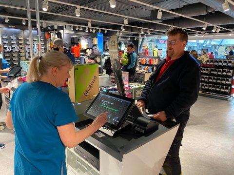 Jørn Nilfjord benyttet sjansen til å sikre seg nytt toppturutstyr da Sport1 åpnet ny butikk torsdag.