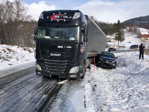 PRESSET AV VEIEN: En semitrailer presset denne personbilen av veien i morges.