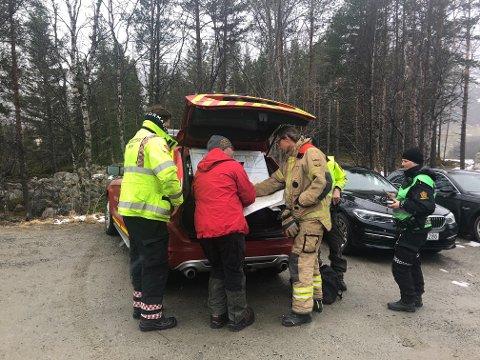 FORBEREDER AKSJON: Mannskaper fra politi, brann og Røde Kors er på plass ved inngangen til Stubblidalen i Beisfjord.