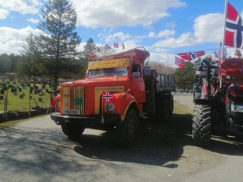 TRAKTOR OG LASTEBIL: Suksessen med å arrangere traktortog i Evenes på 17. mai ble en suksess i år også.