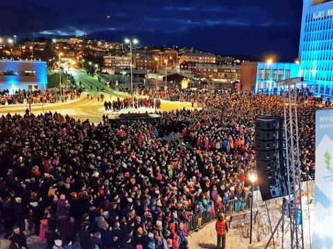 SENTRUMSBASERT: Slik så det ut 3. mars i Narvik sentrum under den såkalte leveringsfesten. 10.000 personer møtte opp for å levere søknaden til Norges skiforbund. Et VM blir mye større og over lengre tid. Arkivfoto