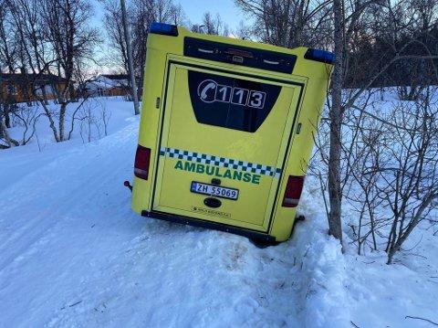 GODT FAST: Ambulansebussen står svært godt fast i lysløypa.