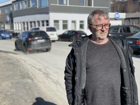 REAGERER: Fred Kristiansen og flere beboere i Industriveien reagerer på det de mener er store støvmengder etter besøk fra kommunens feiebil.