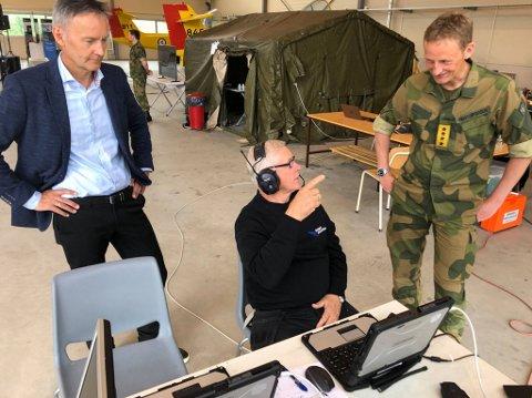 Droneoperatør Per Strømmen i Robot Aviation viser Espen Skjelland, konstituert direktør Forsvarets forskningsinstitutt (tv),  og forsvarssjef Eirik Kristoffersen hvordan han opererer dronen.