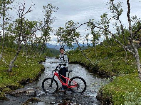 GEOBIKING: Guidete sykkelturer til de ulike gruvene i Ballangen skal ifølge Framnes gi gjestene en autentisk opplevelse av lokalhistorien, samtidig som de har det utfordrende og artig på el-terrengsykkel.