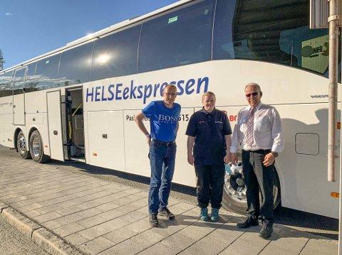 TOK JOMFRUTUREN: Den nye Helsebussen hadde sin første tur, fra Tromsø til Narvik, torsdag. Ulf Hanssen var passasjer, mens helsefagarbeider Jelena Hansen og sjåfør Roar Olsen var på jobb.