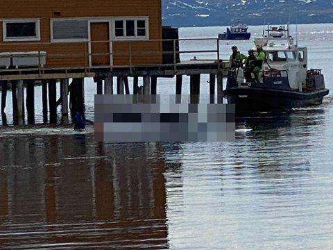 HENTET OPP: Her hentes bilen opp fra havet.