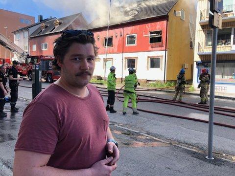HJALP TIL: Håvard Kristoffersen sprang til og fikk opp stigen til vinduet hvor han så mennesker i det brennende bygget. – Jeg rakk ikke å tenke, og handlet instinktivt