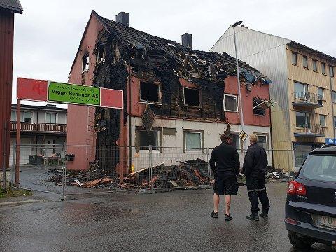 UNDERSØKELSER: Kolbjørn Ingvaldsen fra Ofoten brann (tv) og politiet er klar til å starte undersøkelsene etter brannen Kirkegata på søndag.