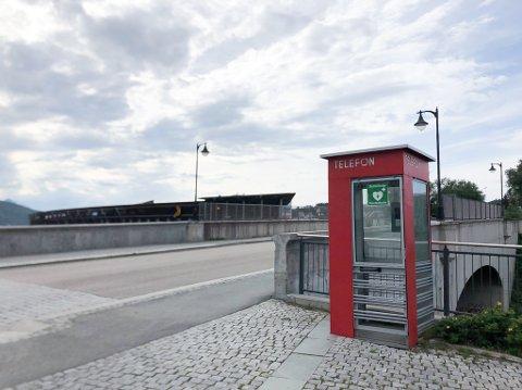 PÅ PLASS: Hjertestarteren i telefonkiosken ved rådhusplassen og Frydenlundsbrua er på plass igjen etter et uheldig intermesso.