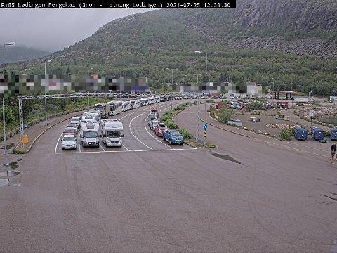 KØ: En drøy time før neste fergeavgang står folk i kø i Lødingen klokka 12:38.