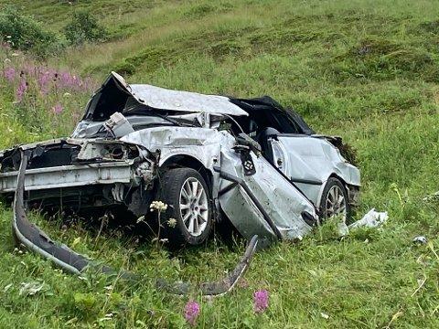 STORE ØDELEGGELSER: Bilen har blitt hardt skadet etter utforkjøringen.