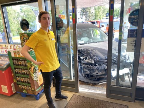 HÅPER DET GÅR BRA: Adrian Nordgård så sjåføren bli hentet av ambulanse og håper det går bra med ham.