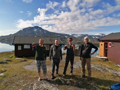 GODT BESØKT: Turlagshyttene i Narvikfjellene har vært godt besøkt denne sommeren, og trenden denne sommeren er flere som er ute på lange ekspedisjoner. Bildet er fra Paurohytta tidligere i sommer hvor Lars Seines serverer kaffe til Bjarne Kristiansen og Fredrik Seines fra Narvik, samt to vandrere fra Belgia og Sveits