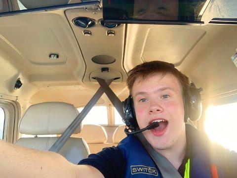 Den unge piloten under en av reisene han har gjort.