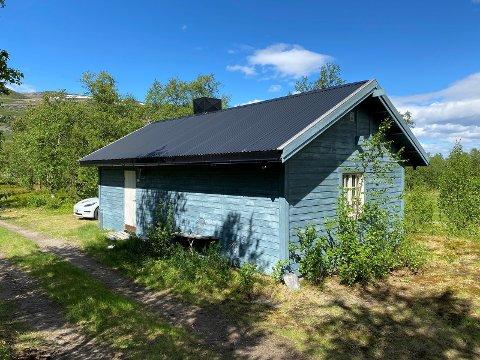 HØY PRIS FOR ENKEL HYTTE: Den enkle hytta har en stiv pris. – En god lakseplass kan være verdt mye, forklarer megleren.