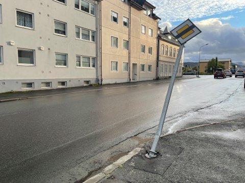 Dette skiltet som viser at det er slutt på forkjørsveg i Frydenlundgata ser ut til å være skiltet som fikk seg en trykk mandag ettermiddag.