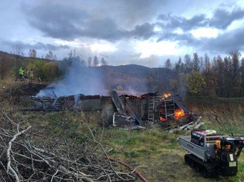 LÅVE: Denne låven i Bjerkvik brant ned til grunnen torsdag morgen.