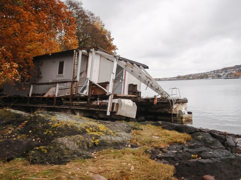 LANDFAST: Husbåten som er strandet på Mellomøya ligger rundt 85 prosent oppe på land.