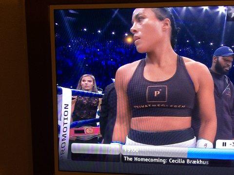VAR MED: Da Cecilia Brækhus bokset i Oslo Spektrum i fjor høst bar Anabelle Bruun (bak t.v.) ett av mesterskapsbeltene til Brækhus til ringen.