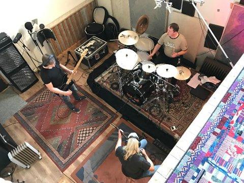 KVERNER METAL: Bass og trommer ble spilt inn i Mølla Studio på Gjerstad i Aust-Agder.