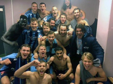 BRONSEGUTTER: Djurgårdens A-lag sikret seg 3.-plass i Allsvenskan og er dermed klare for Europa League neste sesong. Julian er nederst til venstre.
