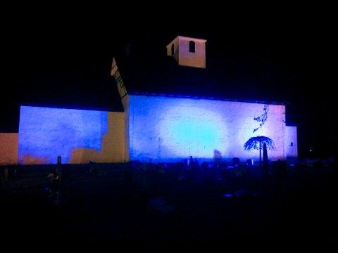 BLÅ: Borre kirke lyser blått tirsdag kveld, i anledning Verdens Diabetesdag, 14. november.