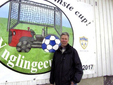 CUP-GENERAL: Vidar Bugge-Hansen var initiativtager til Ynglingecupen, som i år arrangeres for 15. gang. – En annerledes fotball-turnering – der tautrekking og velklingende kamprop er vel så viktig som fotballen, sier cup-generalen.  I alt har den populære cupen generert over 1 million kroner til anleggene på Sletta.