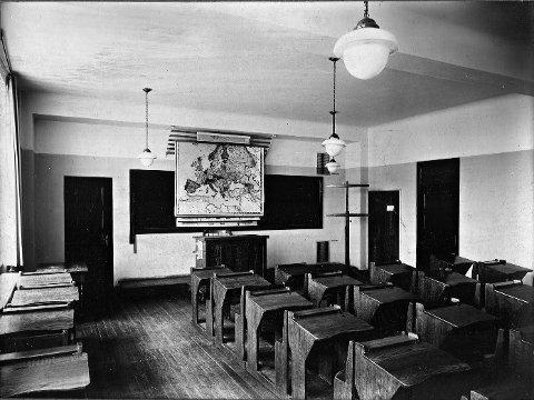 GAMLE DAGER: Klasserom fra da Sentrum skole var helt ny. Sentrum skole ble bygget i 1923. Unge Asbjørn Hansen begynte sannsynligvis på skolen i bygningen vi kjenner som «Den Røde», og endte på dagens skole da den sto klar. (Foto: Lokalhistorisk senters arkiv)