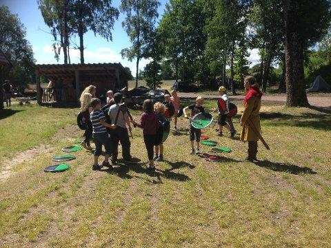 LITT KRIG: Med lekesverd, og tilhørende skjold, fikk barna også lære mer om krigerske vikinger.