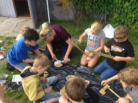 KONSENTRERT: De har lært om håndverk i vikingtid, og fikk prøve seg på ulike teknikker. Det krevde full konsentrasjon.
