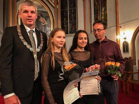 DUO DYNAMO: Varaordfører Ivar Andreassen sammen med Hedda Aadland og Martha-Pil Neumer som vant Midgardkonkurransen. Til høyre kunstnerisk leder Dag Øystein Berger.